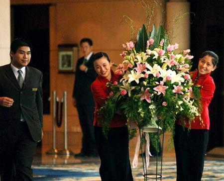 图文:姚明叶莉婚礼一瞥 婚礼用花束被抬进现场