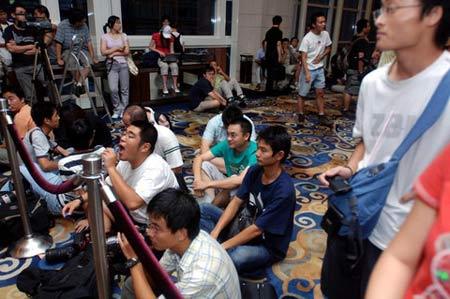 图文:姚明叶莉婚礼一瞥 记者们在婚礼现场等待