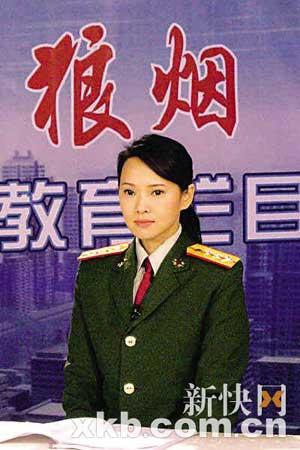 伊能静在剧中身穿解放军制服。