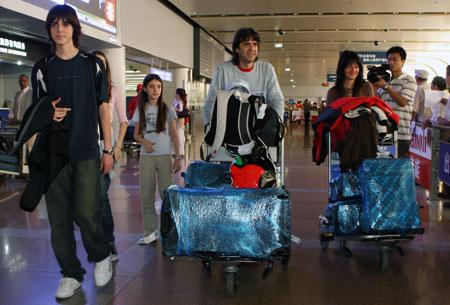 第一个抵京的阿根廷奥运家庭走出机场