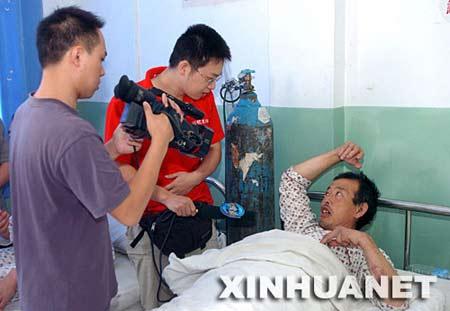 8月6日,一位获救人员在医院接受记者采访。新华社记者 郝同前 摄