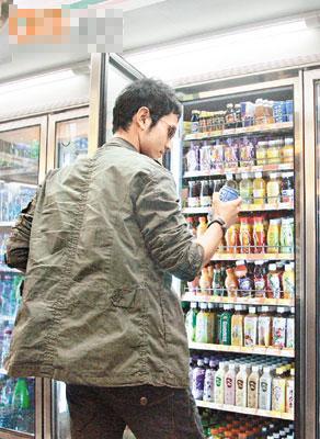 黄晓明仔细研究便利店内的食品