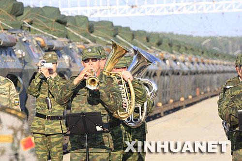 8月3日,俄罗斯军乐队在俄罗斯米夏什车站欢迎中方铁路运输参演部队第三梯队抵达。