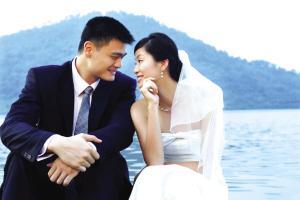 虽然婉拒媒体进入婚礼现场,但姚明和叶莉还是细心地公开了一张几天前拍摄的婚纱照。