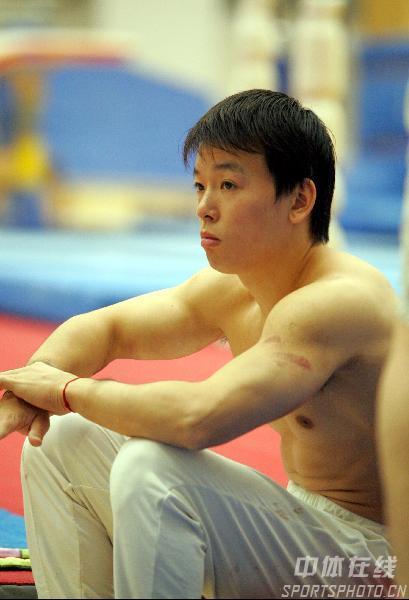 图文:中国体操男队训练 黄旭静思