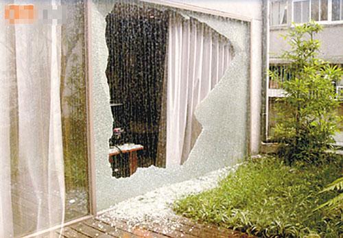 蔡少芬所住的房间玻璃突然爆裂