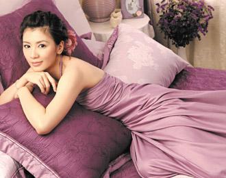 贾静雯拍寝具广告,小露香肩。