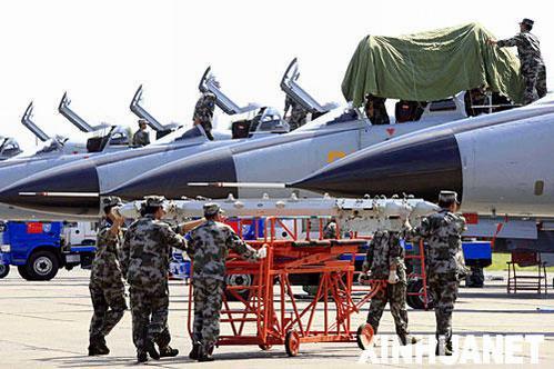 """8月3日,在俄罗斯车里雅宾斯克州的沙戈尔机场,参加""""和平使命-2007""""联合军演的中国参演官兵对参演的新型歼击轰炸机进行保养。 新华社记者 李刚 摄"""