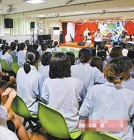 胡瓜一行人重回看守所表演,观众人满为患。