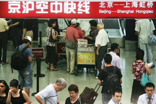 """2007年8月6日,北京首都机场,""""京沪空中快线""""开始试运营。"""