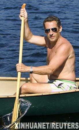 8月4日,法国总统萨科齐在美国新罕布什尔州沃尔夫伯勒的温尼珀索基湖上划独木舟,享受悠闲的假期。法国总统尼古拉·萨科齐2日晚抵达美国,开始为期两周的假期。萨科齐上任后首个夏季度假地点选定美国,其用意引起多方猜测。 新华社/路透