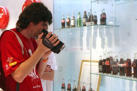 作为可口可乐的FANS安东尼奥进了可乐的工厂就在一直拍摄 奥运官方网站张宇摄