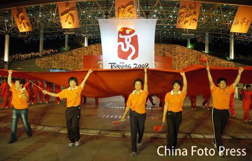 图文:上海奥运冠军同庆倒计时 孙雯与市民同庆