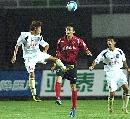 图文:[中超]长春亚泰4-0深圳 唐京在比赛中争抢