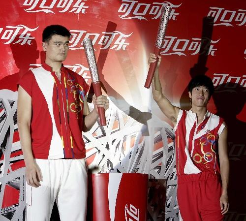 图文:北京奥运倒计时一周年 刘翔姚明共举火炬