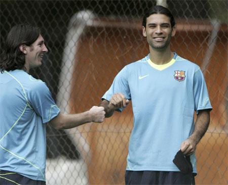 图文:梅西与新队友诺坎普开练 再现和谐一面
