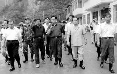 徐光春在卢氏县视察救灾工作 通讯员董彦礼/摄