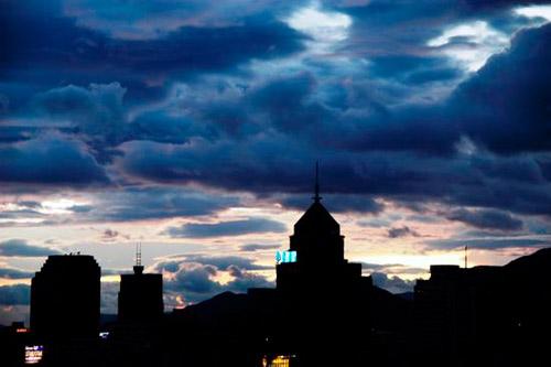 """2007年8月7日傍晚,受2007年第7号强热带风暴""""帕布""""影响,福建福州市区上空乌云密布,风力也逐渐增大,天空中飘着一些小雨。"""