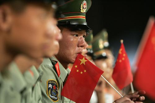 图文:上海庆祝倒计时一周年 战士们持国旗值勤
