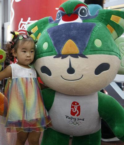 图文:上海庆祝倒计时一周年 小朋友与福娃合影