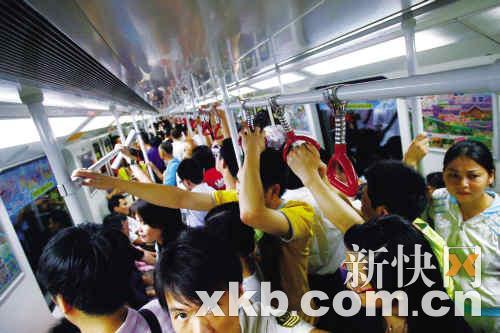 恢复正常通车后,地铁车厢内挤满了乘客。新快报记者 王小明/摄