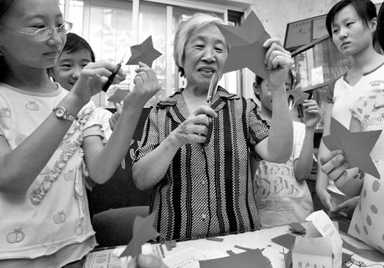 """陈明月 徐娜/本报讯(记者徐娜、通讯员陈明月)""""哪位小朋友学过剪纸?"""