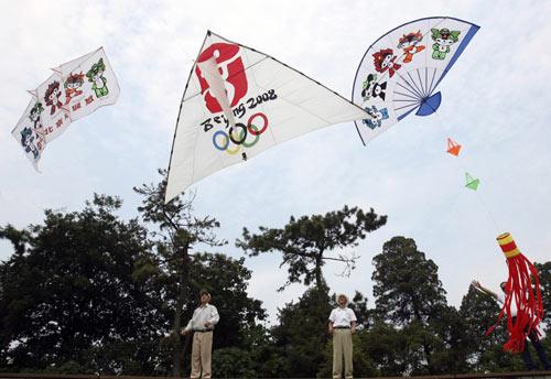 图文:北京庆祝倒计时一周年 奥运风筝顺利升空