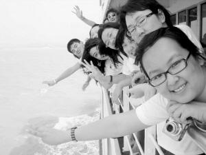 在归航的游船上大学生记者依依不舍地伸出手向大海告别,向舟山告别,向杭州湾告别。
