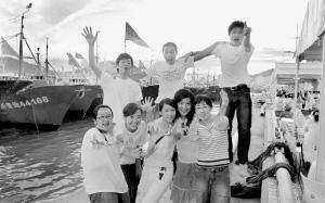 大学生记者在发现杭州湾的最后一站舟山的渔船码头互相拍照留念。