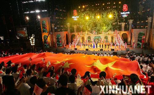 图文:上海庆祝倒计时一周年 东方明珠举行晚会