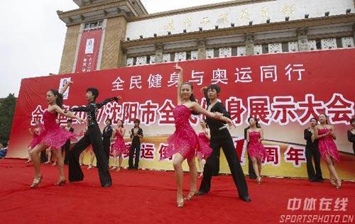 图文:辽宁庆祝倒计时一周年 体育舞蹈表演