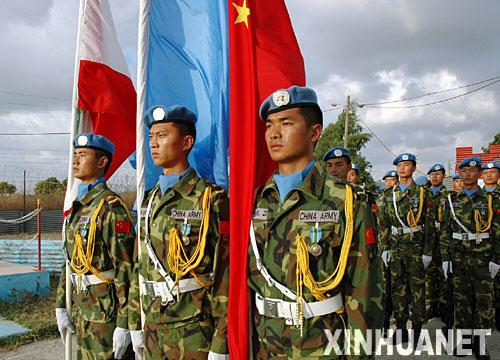 8月7日,在黎巴嫩南部的中国驻黎巴嫩维和部队驻地,获得联合国维和勋章的中国维和官兵整齐列队。