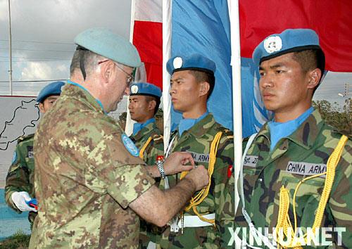 8月7日,在黎巴嫩南部的中国驻黎巴嫩维和部队驻地,联合国驻黎巴嫩临时部队司令格拉齐亚诺将军(左)为中国维和官兵佩戴勋章。