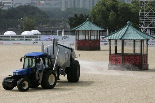 图文:香港庆祝倒计时一周年 整理赛马场