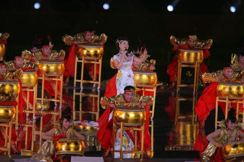 图文:北京奥运倒计时一周年晚会 张也演唱歌曲