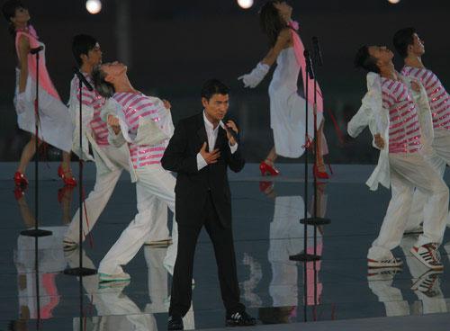 图文:北京奥运倒计时一周年晚会 刘德华演唱