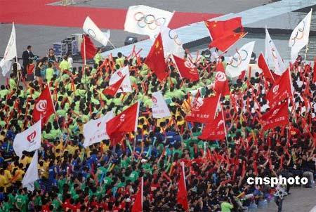 图文:北京举行倒计时一周年晚会 人群挥动旗帜