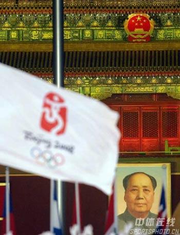 图文:倒计时一周年晚会 会旗与国徽交相辉映