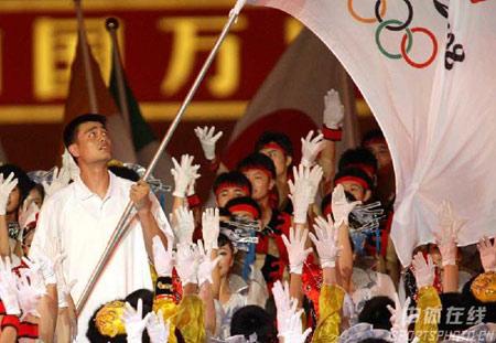 图文:倒计时一周年晚会 姚明手举奥运会会旗