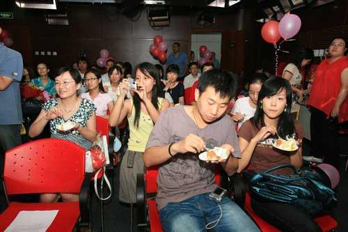 """图文:搜狐""""我与奥运同生日"""" 网友吃生日蛋糕"""