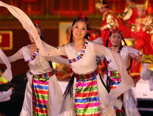 图文:奥运倒计时一周年庆祝活动 藏族舞蹈表演