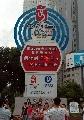 图文:新疆庆奥运倒计时一周年 倒计时牌前拍照