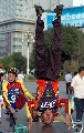 图文:新疆庆奥运倒计时一周年 两老人展现绝技