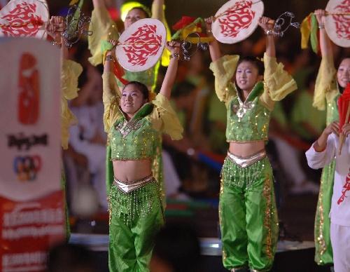 图文:北京邀请世界 演员们在活动现场表演舞蹈