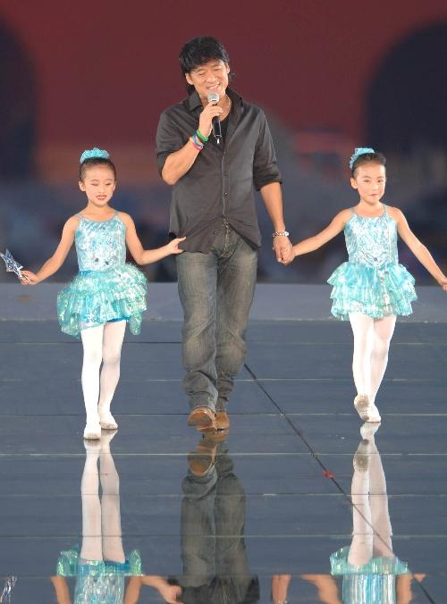 图文:北京邀请世界 周华健在活动现场演唱歌曲