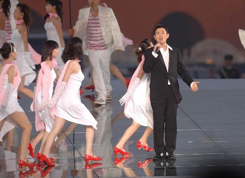 图文:北京邀请世界 刘德华在活动现场表演