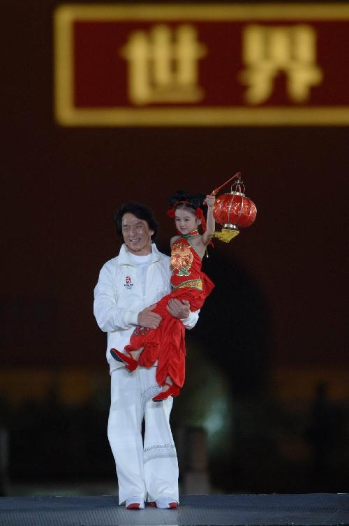 图文:北京邀请世界 成龙与小朋友参加庆祝活动