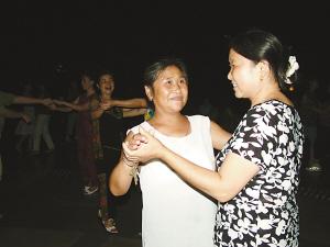 我干单位大妈_晏大妈(左)爱好唱歌跳舞