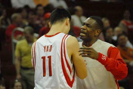 图文:[NBA]火箭VS活塞 姚明与穆大叔相拥