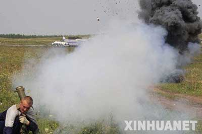 """8月6日,在俄罗斯车里雅宾斯克,一名""""恐怖分子""""在反抗无效后逃跑。新华社记者 李刚 摄"""